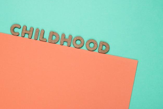 Parola di infanzia su carta blu-rosa