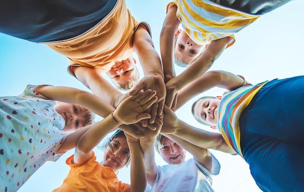 I bambini giocano con le mani giunte insieme