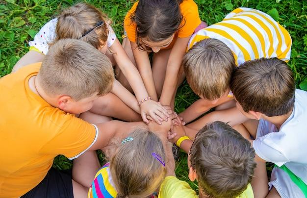 I bambini giocano con le mani giunte.