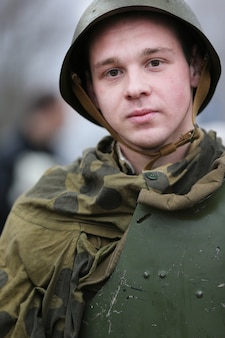 I bambini sono il secondo mondo della guerra. il soldato è un adolescente. ragazzo soldato