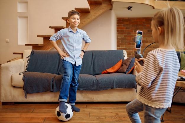 I bambini blogger fanno blog sul calcio, piccoli vlogger sportivi