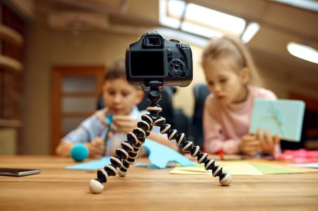 I bambini blogger posa davanti alla telecamera, piccoli blogger. blogging per bambini in home studio, social media per un pubblico giovane, trasmissione internet online