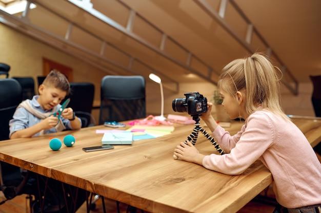 Blogger di bambini che sparano sulla macchina fotografica per il blog