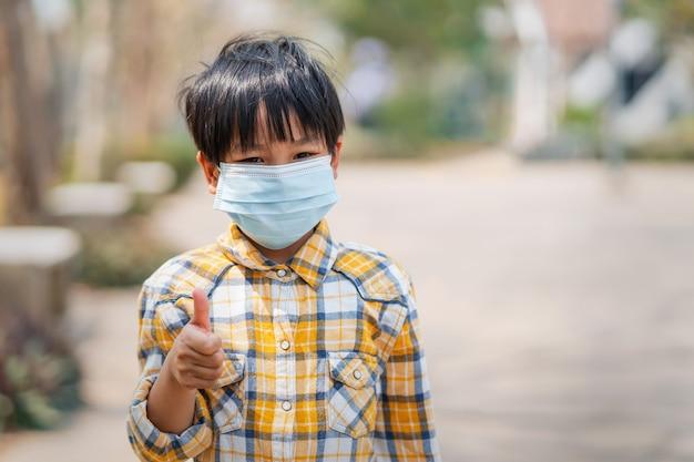 Ragazzo di bambini che indossa una maschera per prevenire polvere e virus