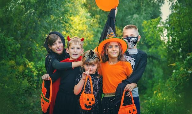 I bambini festeggiano halloween vestiti in costume. messa a fuoco selettiva. bambini.