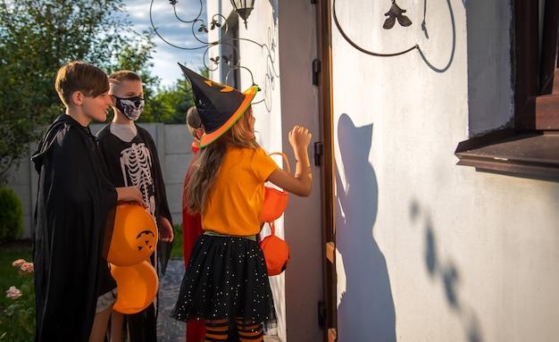 I bambini festeggiano halloween vestiti in costume. messa a fuoco selettiva.