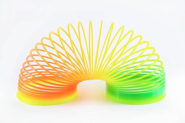 Molla di plastica colorata bambini isolata sulla superficie bianca