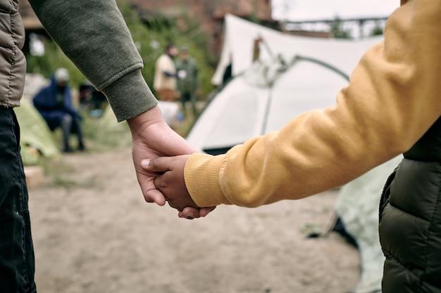 Bambini che entrano in un campo di migranti