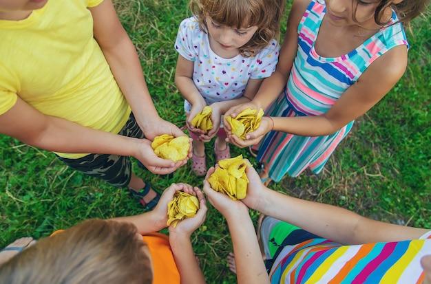 I bambini mangiano patatine per strada. messa a fuoco selettiva. cibo.