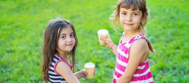 I bambini mangiano il gelato nel parco.