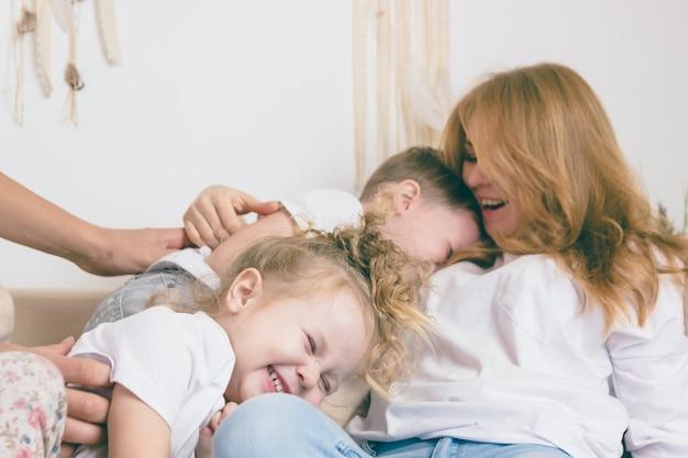 I bambini abbracciano la madre. concetto di famiglia felice di stile di vita.