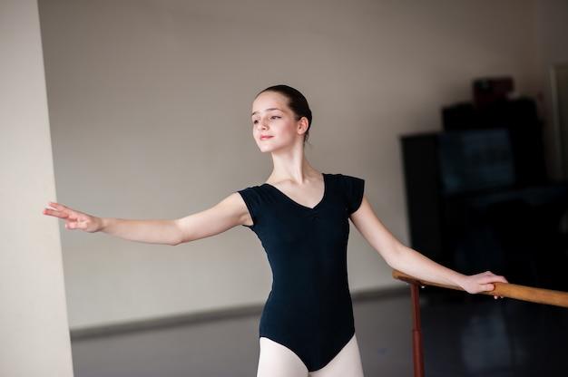 I bambini impegnati nella coreografia presso la scuola di ballo.