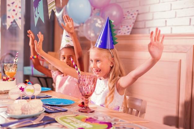 Bambini che godono insieme della festa di compleanno