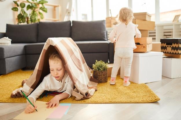 I bambini si sistemano nel nuovo appartamento