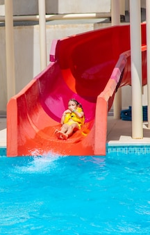 Bambini che scendono dagli scivoli in un parco acquatico