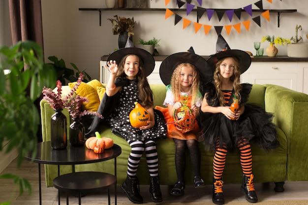 Bambini in costume di halloween con zucca ingannati in vacanza