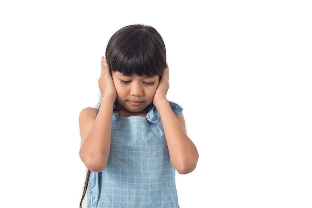 I bambini staccano le mani dall'orecchio