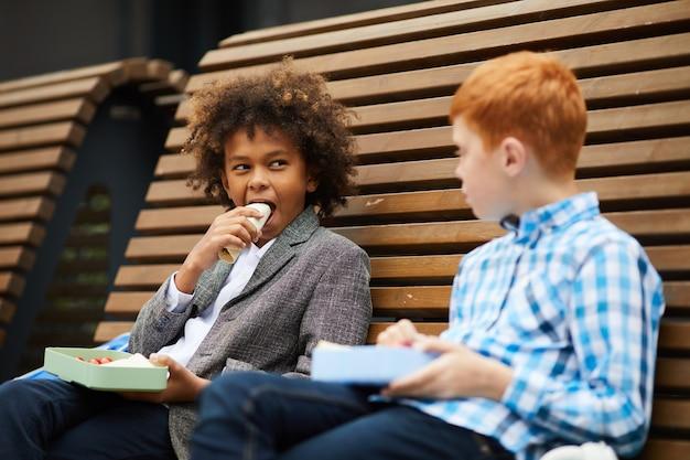 I bambini pranzano all'aperto