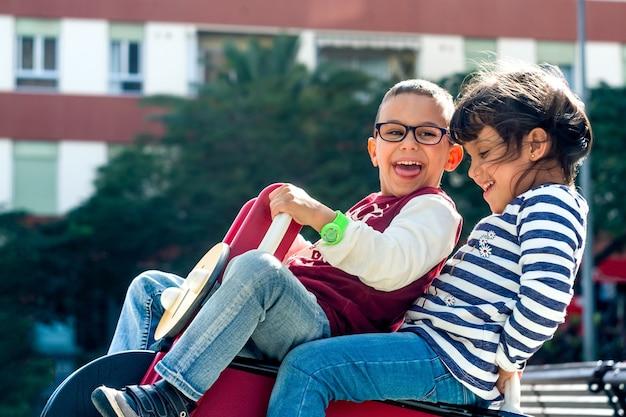I bambini si divertono nel parco giochi