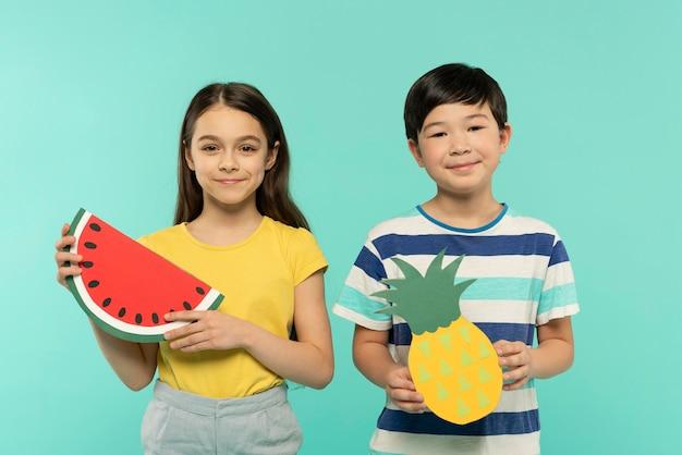 I bambini si divertono in uno studio di impostazione estiva