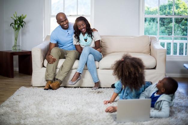 Bambini che interagiscono con i genitori