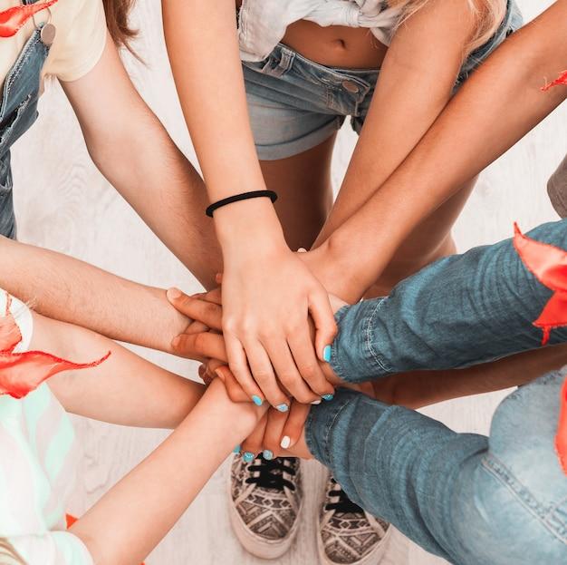 Bambini che tengono le mani unite