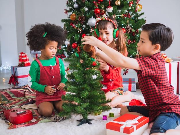I bambini di molte nazionalità stanno celebrando il giorno di natale
