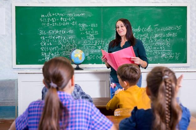 I bambini fanno matematica nella scuola elementare.