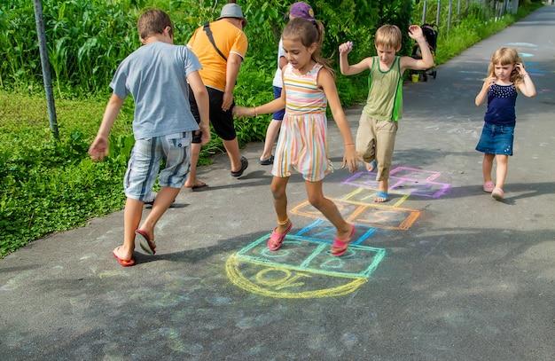 I bambini giocano ai classici per strada. messa a fuoco selettiva. bambini.