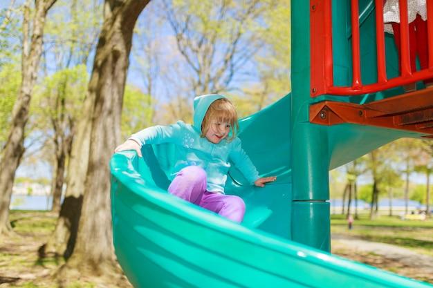 . i bambini giocano all'aperto. bambini che giocano e camminano
