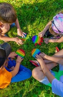 I bambini giocano a pop it per strada