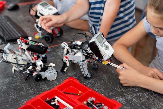 I bambini giocano con un cane robot in una lezione di robotica