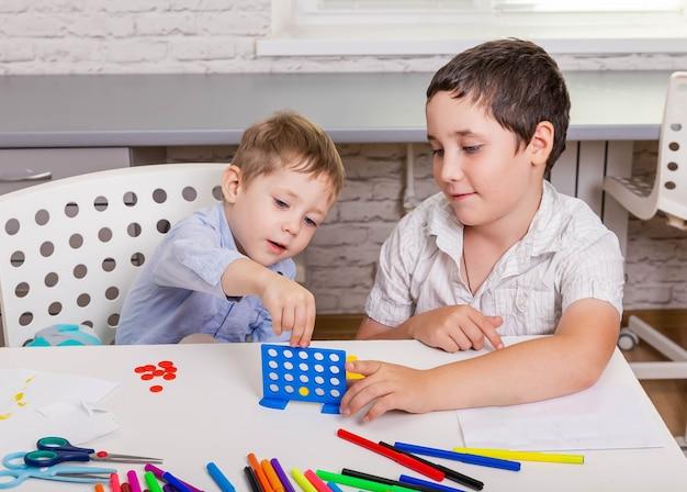 Bambini che giocano a giochi da tavolo nella loro stanza