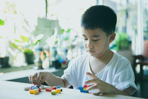 Bambini che giocano a giocattoli per bambini nel soggiorno di casa