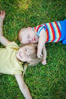 A bambini che giocano all'aperto nel parco