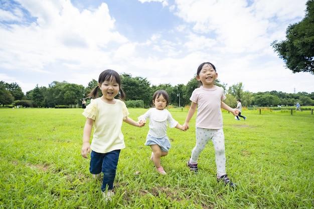Bambini che corrono nei prati del parco