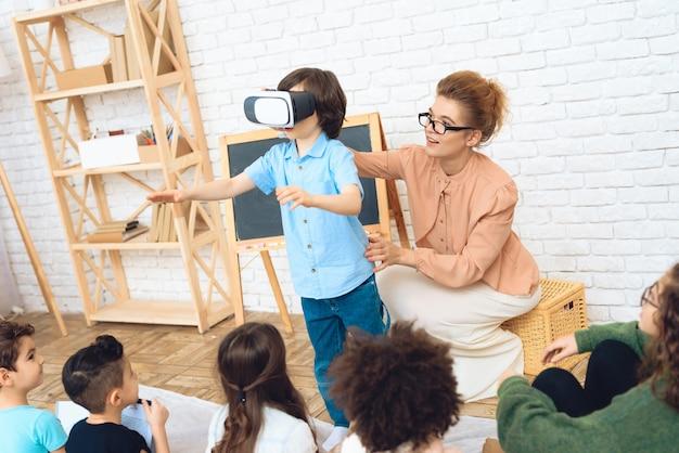Conoscenza dei bambini con le alte tecnologie.