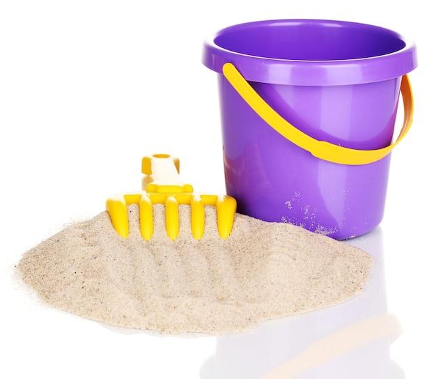 Giocattoli da spiaggia per bambini e sabbia isolati su bianco
