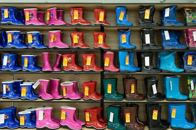 Negozio di scarpe luminose per bambini con una vasta selezione di colori, modelli e taglie