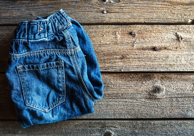 Abbigliamento per bambini, jeans su una forma di legno. vestiti, stile, moda