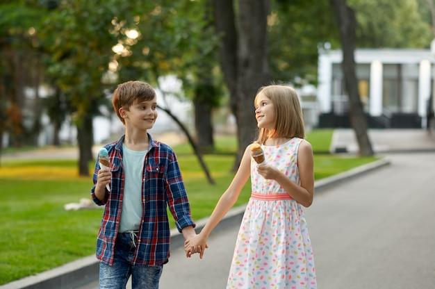 Appuntamento per bambini, ragazzo e ragazza che mangiano il gelato