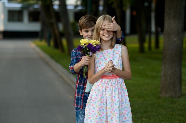 Appuntamento per bambini, il ragazzo fa una sorpresa a una ragazza