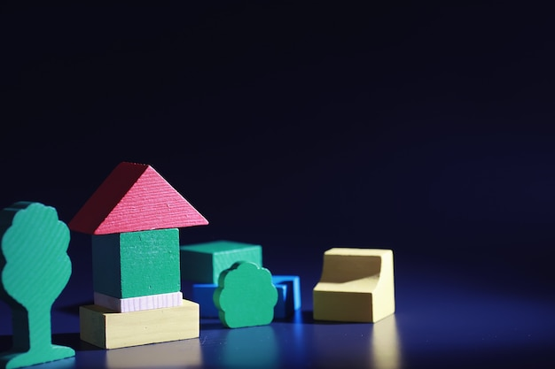 Lo sviluppo dei bambini. giocattolo di legno per bambini sul tavolo nell'area giochi. sala della creatività e dell'autosviluppo dei bambini. costruttore di legno.