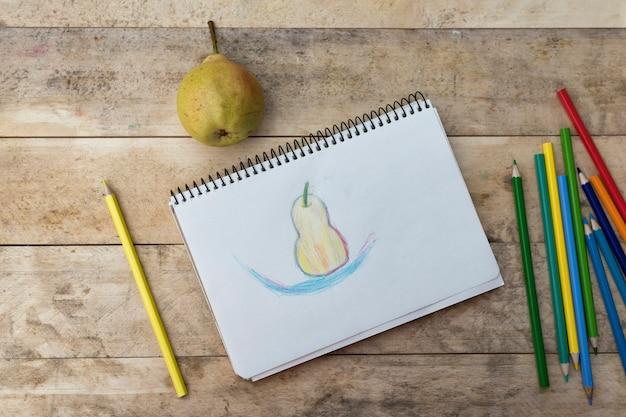 Disegno per bambini, pera e matite colorate