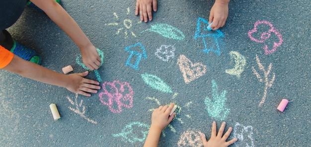 Disegni dei bambini sull'asfalto con il gesso