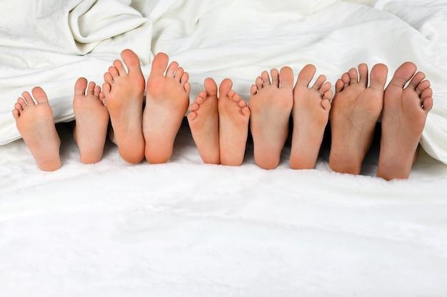 I piedi dei bambini fanno capolino da sotto la coperta