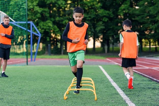 Giocatori di calcio per bambini durante l'allenamento della squadra prima di una partita importante