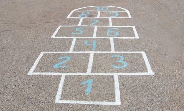 Gioco per bambini disegnato con il gesso sull'asfalto. gioco