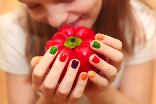 Manicure per bambini su uno sfondo di pepe.