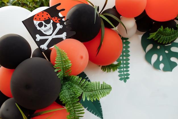 Zona foto per bambini con molti palloncini. decorazioni per una festa di compleanno. concetto di festa di compleanno per bambini in stile pirata. photozone per una festa pirata, festa di compleanno.